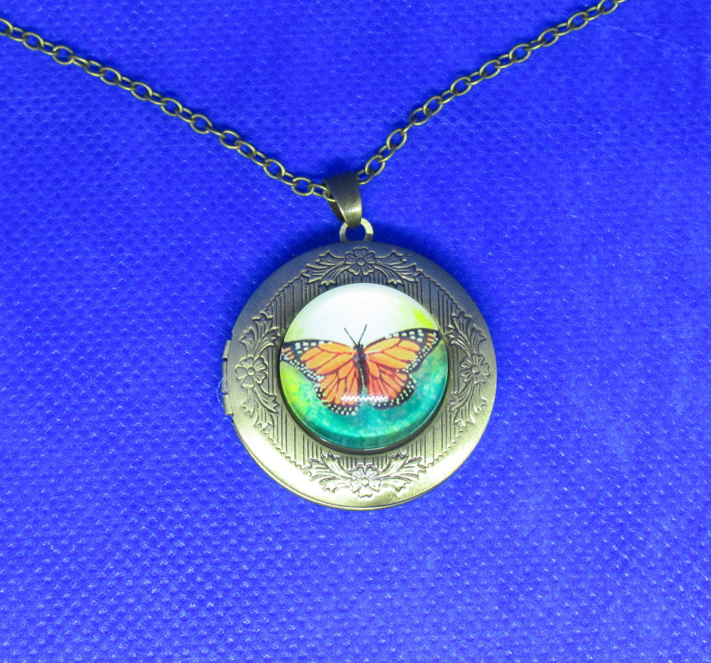PA-117_Silver-Vintage-look-Monarch-Butterfly-Locket-with-Chain-front.jpg