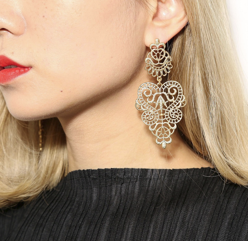 PA-123_Bohemian-Hollow-Leaf-and-Flower-Drop-Earrings_gold_model1.png